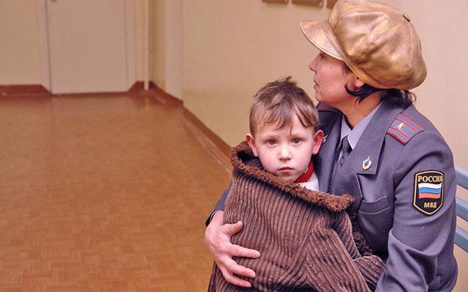 Ребенок и работница МВД